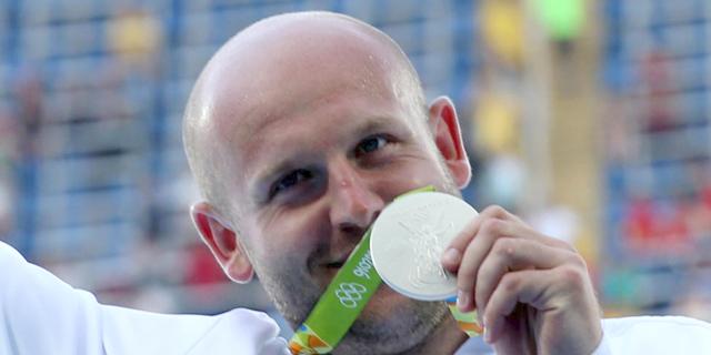 זורק הדיסקוס הפולני מוכר את המדליה כדי לממן טיפולים לילד חולה