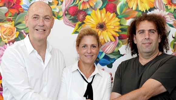 גבי ואתי רוטר, בעלי השליטה בקסטרו, עם יוסי גביזון בעל השליטה בהודיס, צילום: אוראל כהן