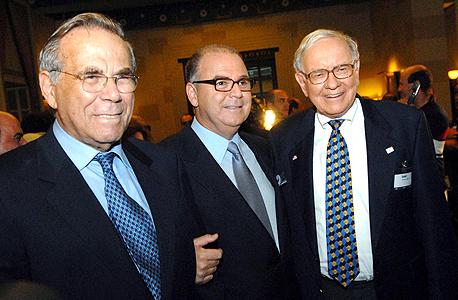 """סטף (משמאל) ואיתן ורטהימר, עם באפט. """"הם קיבלו 4 מיליארד דולר, ונגיד שמיליארד הלך למס הכנסה. אבל מאז באפט מקבל את זה כל שנה, יש לו תרנגולת שמטילה ביצי זהב"""", צילום: גיא אסיאג"""