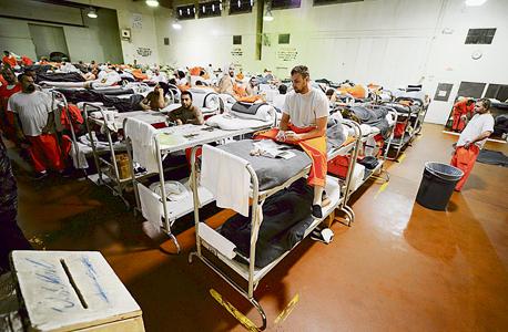 אסירים בבית כלא פרטי צ'ינו קליפורניה