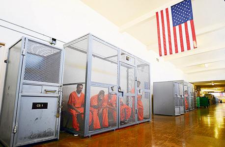 אסירים הכלואים בצפיפות בלתי אפשרית בבית הכלא בצ'ינו