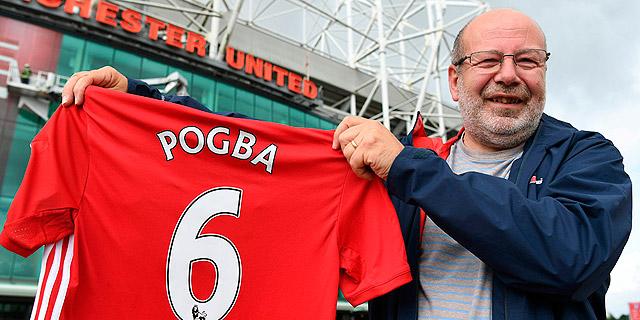 אוהד עם חולצת רפליקה של פול פוגבה, צילום: איי אף פי