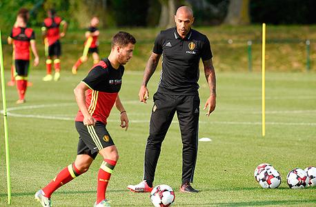 """תיירי הנרי ואדן האזרד. על פי דיווח במגזין Sport/Foot עוזר המאמן שמונה במפתיע לעוזרו של מרטינס כדי """"לעשות היסטוריה"""" עם נבחרת בלגיה ועבד בימים האחרונים עם שחקני הנבחרת הבלגית לקראת משחקם נגד ספרד היום,"""