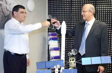 """מימין: יוסי וייס, מנכ""""ל התעשייה האווירית ודוד פולק, מנכ""""ל חלל תקשורת, בחתימת ההסכם לרכישת עמוס 6"""