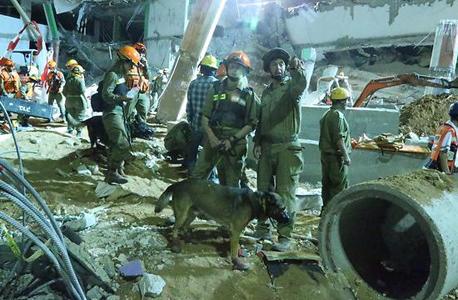 חיפושים אחר נעדרים בחניון שקרס ברמת החייל
