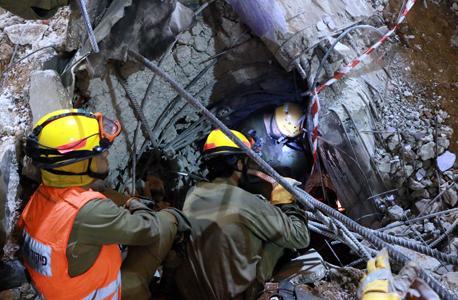 צוותי החילוץ בחניון שקרס ברחוב הברזל. רוב הבכירים מפנים אצבע מאשימה כלפי המדינה