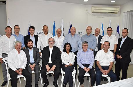 אדוארדו אלשטיין והמנהלים של קבוצת אי.די.בי, צילום: אביב חופי