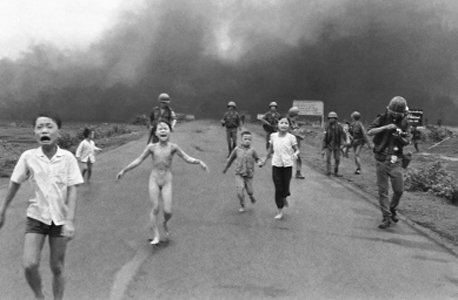 התמונה זוכת הפוליצר של ניק אוט בה נראית פאן טי קום פוק בווייטנאם אחרי הפצצה