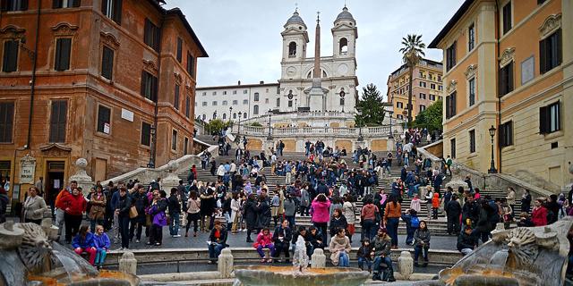 התנהג כרומאי: קנס של 400 יורו למי שישב על המדרגות הספרדיות