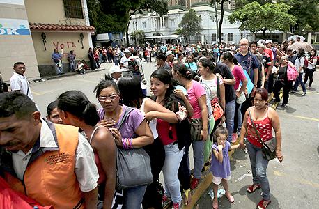 תור בכניסה למרכול בוונצואלה. משבר כלכלי חריף