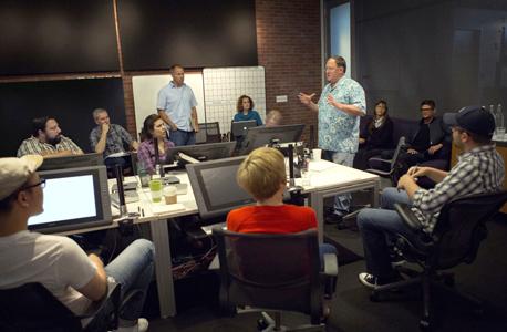 השיעור של אולפני האנימציה פיקסאר, אמריוויל, קליפורניה. לא לחשוש מעימותים. המשתתפים בישיבות הפקה מביעים את דעתם על הסרטים ומעלים הצעות לשיפור. הרכיב הקריטי: הבמאי אינו מחויב לאמץ אותן