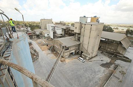 מפעל המלט בנשר. הפרויקט משתרע על 2500 דונם, צילום: אלעד גרשגורן