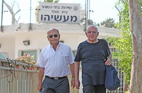 """מימין דן כהן ביום שחרורו מהכלא יחד עם עו""""ד מיקי שפיגלמן"""