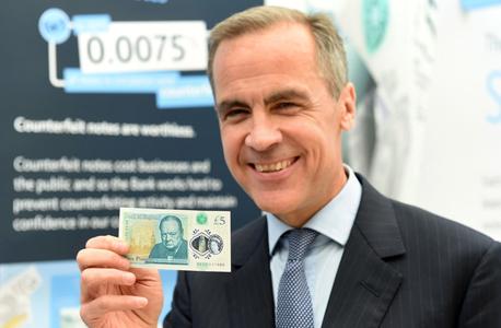 מארק קרני, נגיד הבנק המרכזי בבריטניה עם השטר, צילום: איי פי