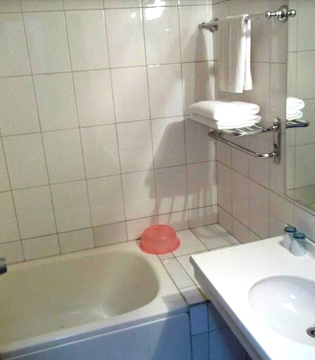 מקלחת בחדר טיפוסי. אל תבנו על מים חמים, צילום: Tripadvisor