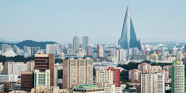 קו הרקיע של פיונגיאנג. הבניין הגבוה הוא מלון ריוגיונג שלא נפתח מעולם , צילום: גטי אימג