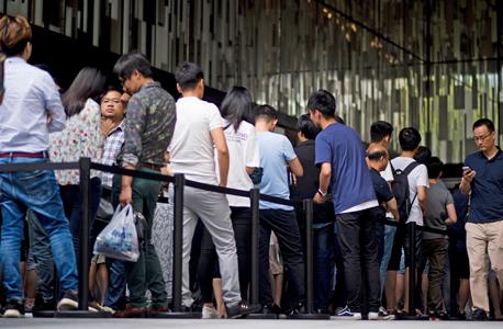 תורים בשנגחאי סין ביום הראשון למכירת האייפון החדש של אפל , צילום: איי יאף פי