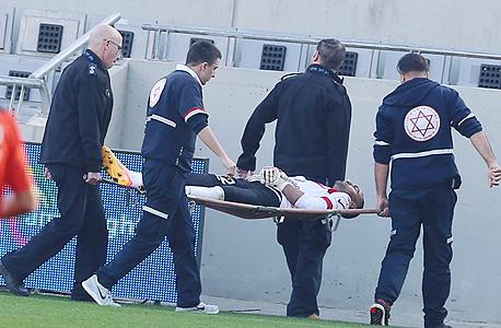 """שחקן כדורגל ישראלי פצוע. כבר הוציאו לי את החשק לשחק כדורגל. בתקופה שאתה הכי צריך את כל התמיכה והעזרה, המקום שאתה הכי מצפה ממנו שיתמוך ויסייע, נעלם. אתה מקבל ממנו כלום"""". , צילום: ראובן שוורץ"""