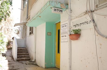 הכניסה לבניין, צילום: אוראל כהן