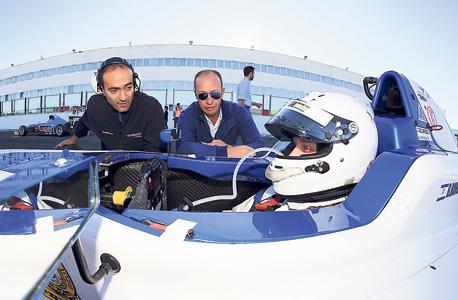 בר ברוך עם אביו גיל ומכונאי הקבוצה בסבב Formula 4 באיטליה, צילום: cunaphoto.it