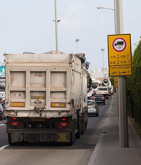 משאית בחיפה (ארכיון), צילום: גיל נחשותן