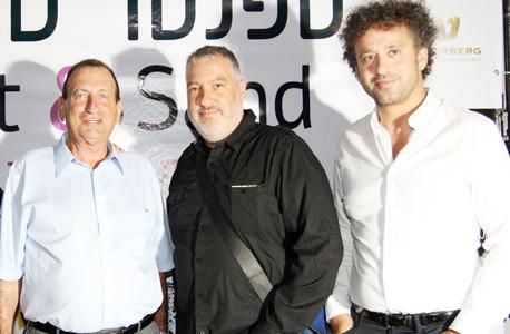 """גורסד עם ספנסר טוניק ורון חולדאי בפתיחת תערוכתו של טוניק.  """"אוהב אמנות דרמטית"""", צילום: ענת מוסברג"""