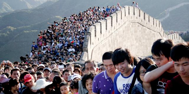 בשל הצפיפות: בייג'ינג מגבילה את מספר התיירים בחומה הסינית