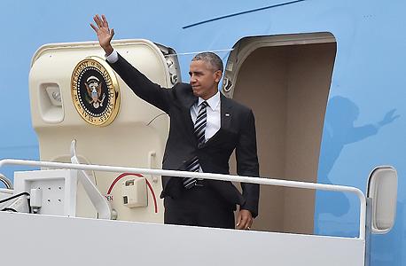"""נשיא ארה""""ב ברק אובמה יורד ממטוסו אייר פורס 1 ב נתב""""ג בדרכו להלוויתו של שמעון פרס, צילום: אם סי טי"""