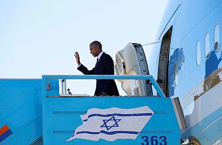 """נשיא ארה""""ב ברק אובמה יורד ממטוסו אייר פורס 1 ב נתב""""ג בדרכו להלוויתו של שמעון פרס, צילום: רויטרס"""