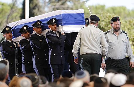 בדרכו האחרונה של נשיא המדינה שמעון פרס נשא על ידי משמר הכבוד ב לוויה הלוויה ב הר הרצל, צילום: איי אף פי