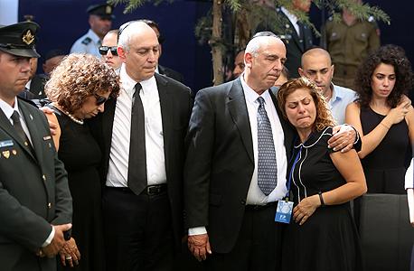 משפחתו של נשיא המדינה שמעון פרס נפרדת ממנו ב לוויה הלוויה ב הר הרצל, צילום: איי אף פי