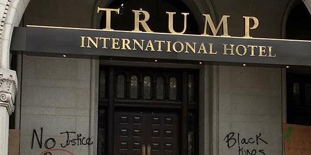כתובות מחאה רוססו על הכניסה למלון החדש של טראמפ בוושינגטון