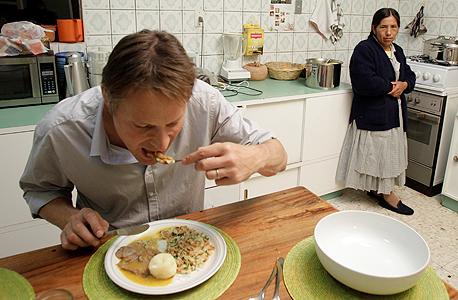 """מייר טועם מהמטבח הבוליביאני. """"פתאום התחילה שם תנועה סביב אוכל שלא היתה קודם"""""""