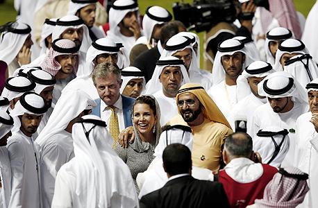 השייח' מוחמד בן ראשד אל-מכתום ואשתו הנסיכה הייא במירוץ הסוסים הבינלאומי היוקרתי של דובאי, במרץ. החיבוקים הפומביים שלהם מסעירים את תושבי המפרץ