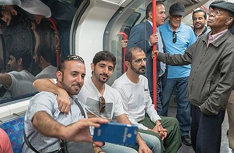 עם בנו חמדאן ברכבת התחתית של לונדון. אחרי האביב הערבי, הוא מנסה להצטייר כאחד העם