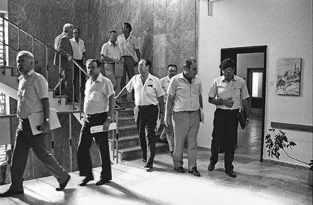 הייצוב ושברו. שרי הממשלה יוצאים מהישיבה שבה נוסחה תוכנית הייצוב ב־1985. כאן החל הכרסום במגזר הציבורי שנמשך עד היום, צילום:  Government Press Office
