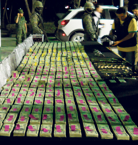 """912 אלף דולר שנתפסו במזומן במקסיקו אצל חשודים בפשע מאורגן. """"נכון שפושעים יוכלו להשתמש בזהב או ביהלומים, אבל זה מסובך בהרבה"""""""