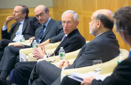 """משמאל: שר האוצר האמריקאי לשעבר לארי סאמרס, רוגוף, סגן הנגידה האמריקאית סטנלי פישר, ובן ברננקי הנגיד הקודם. """"אני מדבר על תיקון טכני, שיש עליו הסכמה נרחבת בקרב הכלכלנים"""""""