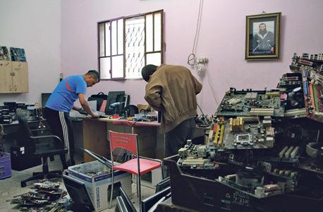 מעבדה לתיקון מחשבים בבית עווא. מה שלא הצליחו לתקן עובר פירוק ונמכר לסוחרי גרוטאות לפי קילו