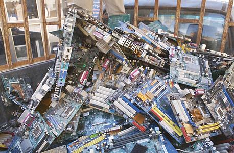חלקי מחשב שלא ניתן לתקן. האשפה האלקטרונית חוזרת לישראל למפעלי מיחזור
