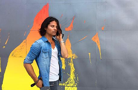 """הוד על רקע הקיר שצייר כתרומה לפרוייקט """"חלאסרטן"""". """"קיבלתי פרופורציות על החיים. חשוב לי לתת"""""""