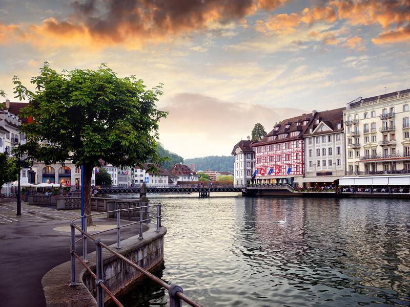 4. לוצרן, שוויץ: שוכנת למול אגם לוצרן, היא נחשבת לנקודת יציאה פופולארית לטיולים באלפים