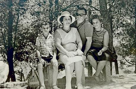 1963. דב מורן בן ה־8 עם הוריו ברוך ובינה ואחותו מרגלית בת ה־11, גן הקופים רמת גן