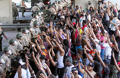 """הפגנה בעקבות אלימות של שוטרים נגד שחורים בלוס אנג'לס, בספטמבר. """"התוכנה המשטרתית שולחת יותר שוטרים לשכונות עניות, והם מוצאים כל מיני עבירות קטנות שרק מעצימות את הסטטיסטיקה הגרועה של השכונה"""""""
