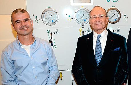 """סמי סגול (מימין) ושי אפרתי, ליד תא הלחץ. מושיק תאומים: """"סמי מעריץ של ד""""ר אפרתי, ומאמין ביצירת 'נטוורק' יהודי שיקשר בין כל חוקרי מדעי המוח בעולם"""""""
