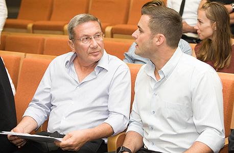 נוחי דנקנר (משמאל) וחתנו טל אנגלנדר, היום בבית המשפט