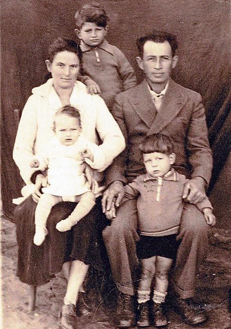 1934. רפי איתן בן ה־8 עם הוריו יהודית ונח ואחיו עודד (בן 4) ורינה (בת שנה וחצי), בבית המשפחה ברמת השרון