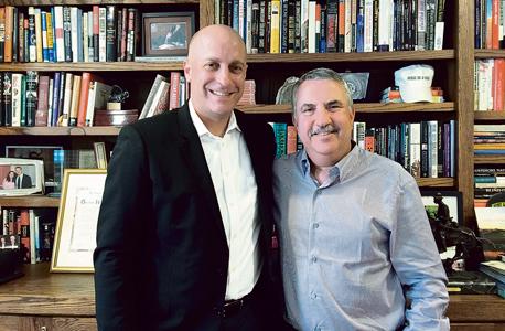 """תומאס פרידמן (מימין) וגידי גרינשטיין במשרדו של פרידמן במערכת ה""""ניו יורק טיימס"""". """"בתחום הזה, גידי, היית חלוץ אמיתי ומורה שלי"""""""