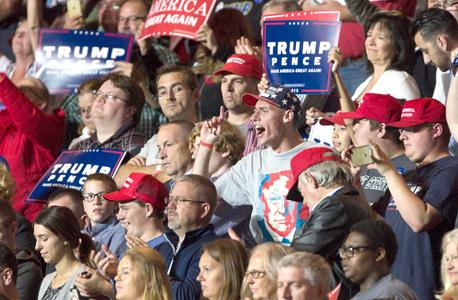 """תומכי טראמפ בעצרת. כשאנשים רואים ש""""הרוב הדומם תומך בטראמפ"""", שמבטיח לעשות את אמריקה שוב נהדרת — הם מרגישים שהגיעו למקום הנכון, עם אנשים כמוהם"""