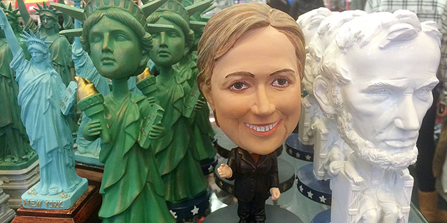 בובה של קלינטון ניצבת בחנות המזכרות בין לינקולן לפסל החירות, צילום: נעמה סיקולר